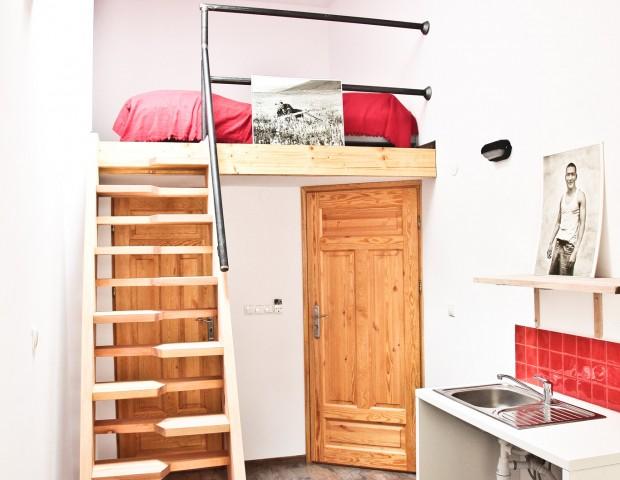 Apartament w Warszawie z aneksem kuchennym i antresolą